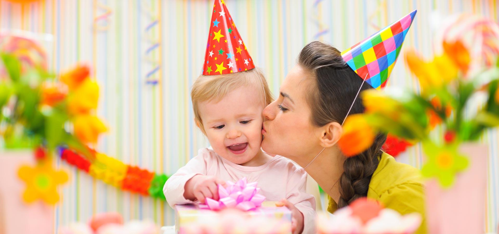 Enfant fête son anniversaire avec sa mère en Guadeloupe. Guirlande et chapeaux