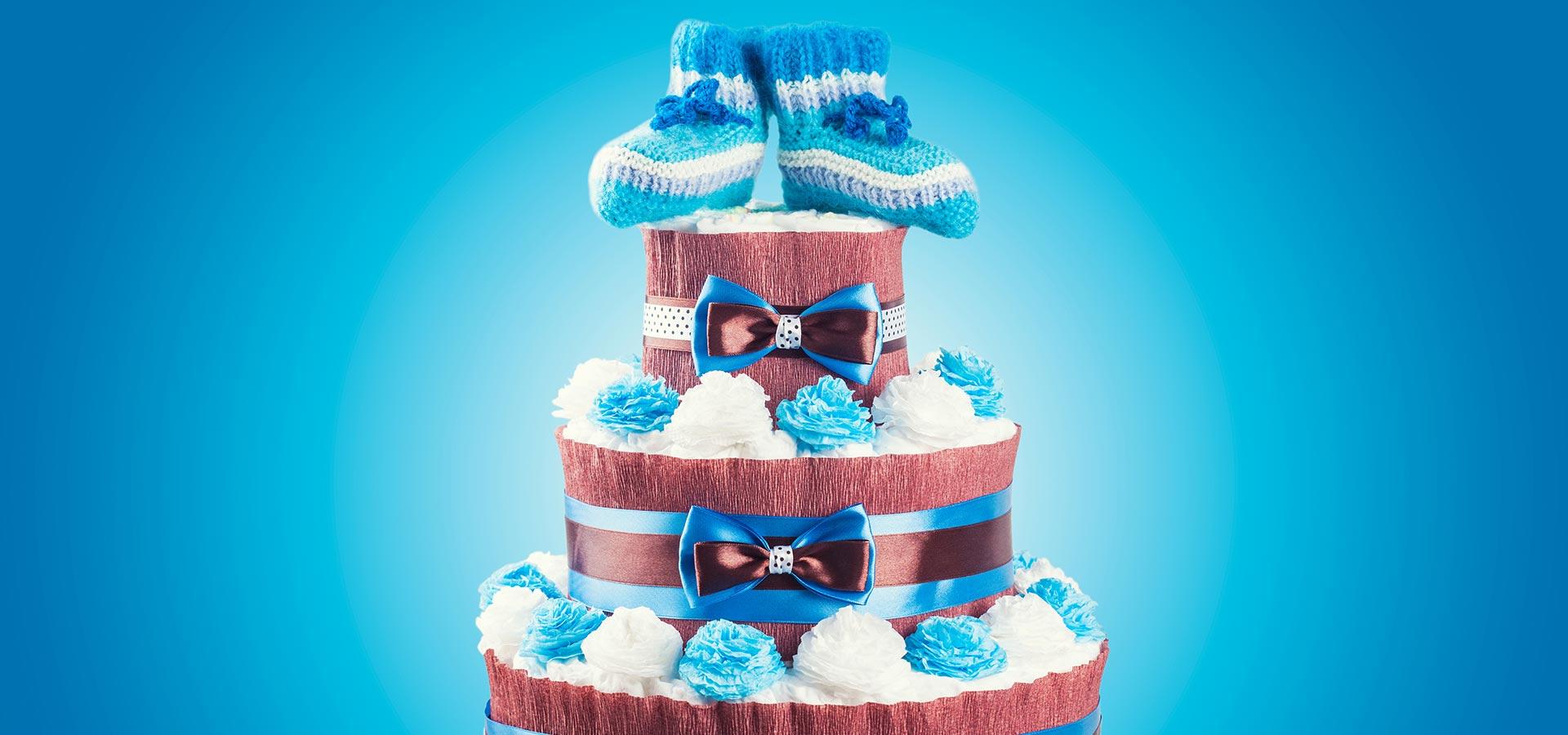 Gâteau de couches avec chaussons bébé