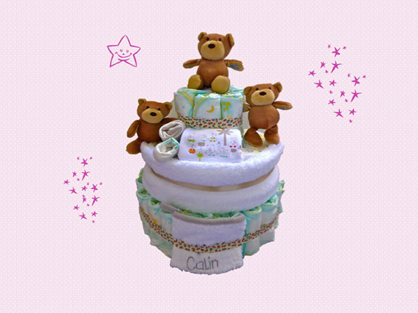 gâteau de couches avec 3 oursons, gant de toilette, serviette, body, chaussettes