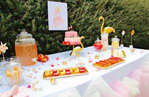 Candy bar flamant rose et doré, macarons, éclairs, pêches et bonbonnières.