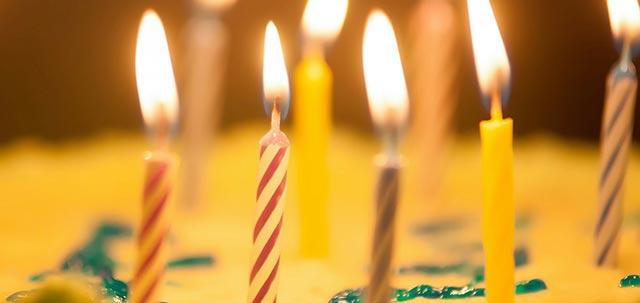 Bougies anniversaire enfant sur gâteau