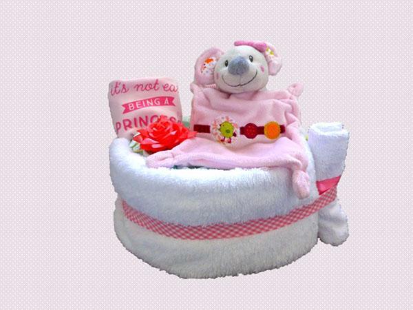 gateau de couches avec doudou, body, serviette et gant de toilette