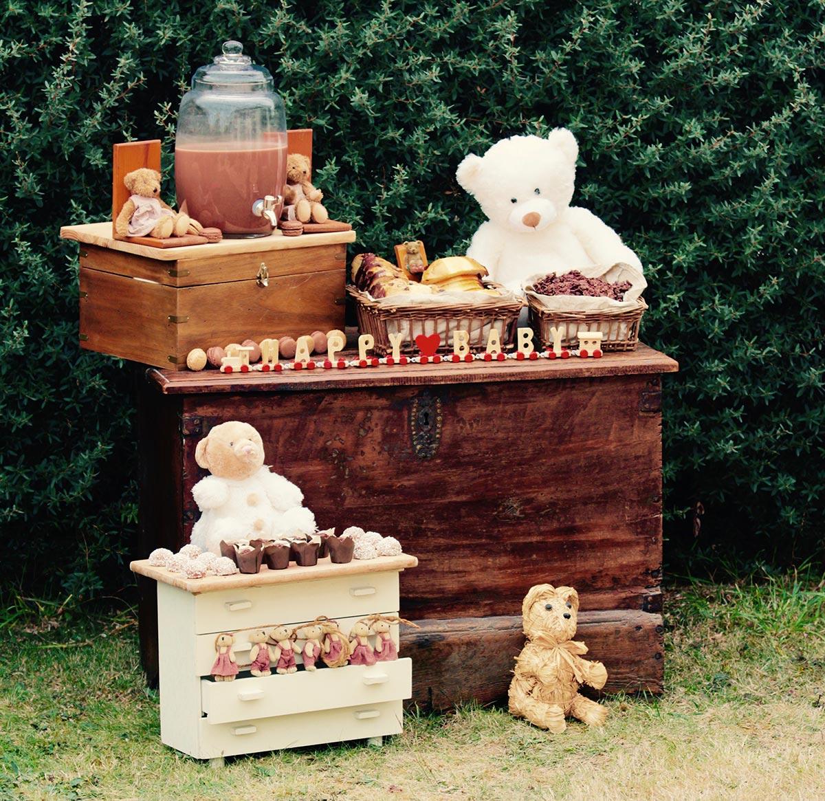 Sweet table Happy baby avec bonbonnière, gâteaux chocolats et décoration thème oursons